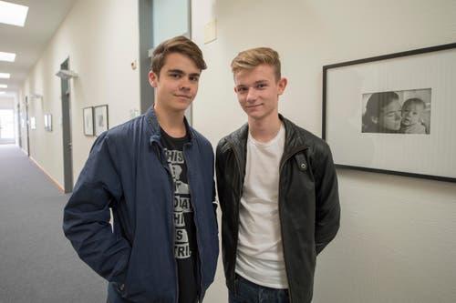 Joel Super, links, und Shawn Taylor, rechts, wollen ihrem besten Freund Fabio aus Stans mit der Facebook-Aktion das Leben retten. (Bild: KEYSTONE/Urs Flueeler)