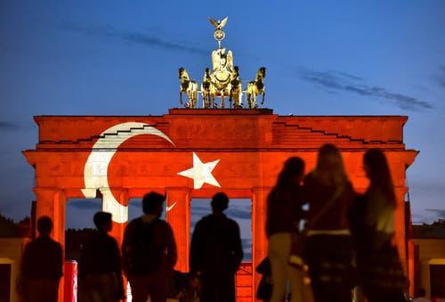 Das Brandenburger Tor in Berlin zeigt die türkische Flagge nach dem Anschlag in Istanbul. (Bild: EPA/KLAUS-DIETMAR GABBERT)