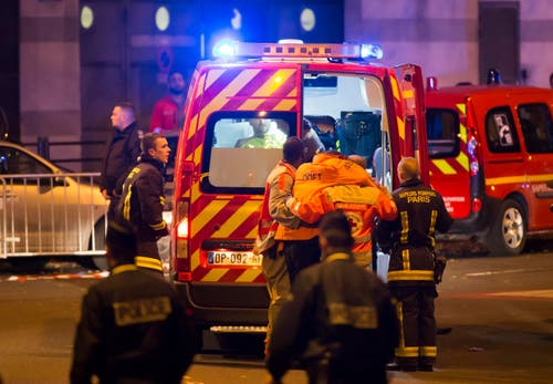 Verwundete werden vor dem Stade de France durch Sanitäter erstversorgt. (Bild: EPA/Ian Langsdon)