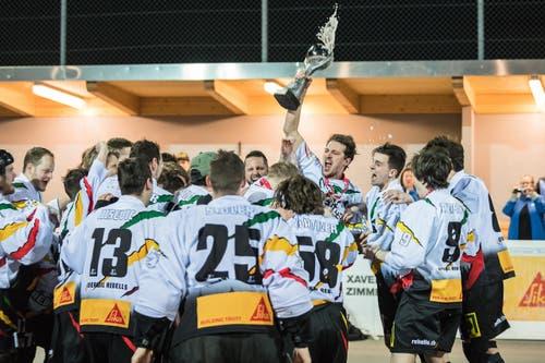 Der Captain Thomas Hohl reckt den Pokal in die Höhe. (Bild: Christian Herbert Hildebrand, Zuger Zeitung)