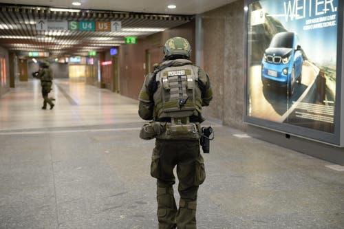 Eine Spezialeinheit der Polizei sichert derweil den Bereich der Ubahnstation am Karlsplatz in München. (Bild: Keystone/Andreas Gebert)