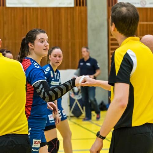 Sybille Scherer klatscht beim Schiedsrichter ab. (Bild: Christian H.Hildebrand / ZZ)