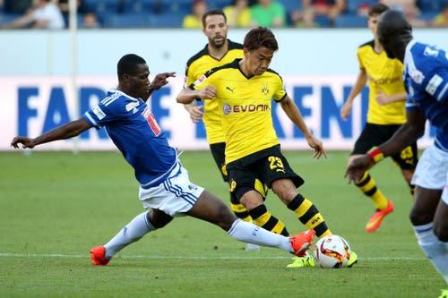 Luzerns Thierry Doubai (links) im Duell mit Dortmunds Shinji Kagawa. (Bild: Philipp Schmidli)