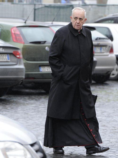 Hier noch Kardinal: Ankunft von Jorge Bergoglio am 7. März zur Zusammenkunft der Kardinäle aus aller Welt im Namen der Papstwahl. (Bild: Keystone)