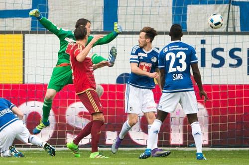 Mario Bühler (2. von links) von Vaduz schiesst das 1:1. (Bild: Keystone / Urs Flüeler)