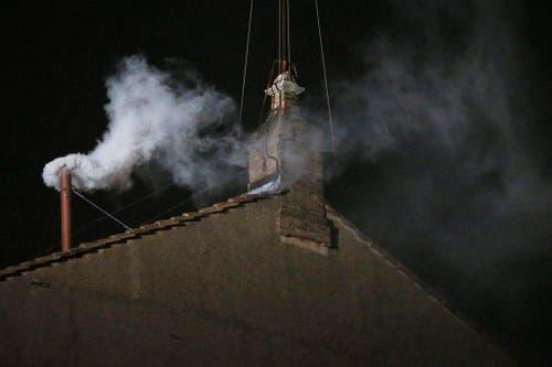 Weisser Rauch steigt auf aus dem Kamin der sixtinischen Kapelle. (Bild: Keystone)