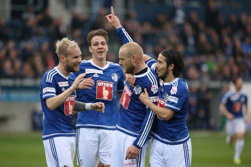Markus Neumayr, Michael Frey, Torschütze Marco Schneuwly und Jahmir Hyka (von links) bejubeln das 3:1. (Bild: Philipp Schmidli)