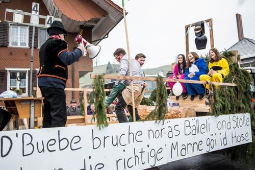 Alpetli Nord Romoos (Buben spielen Fussball, echte Männer schwingen). (Bild: Manuela Jans-Koch)