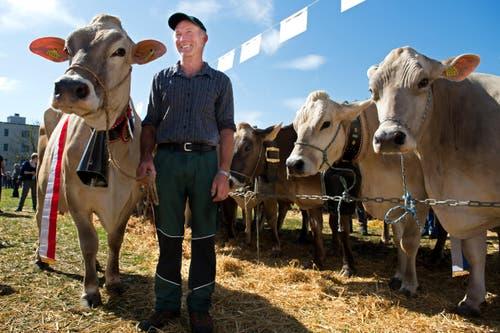 Werner Niederberger mit seiner gewinner Kuh Arosa (Bild: Eveline Beerkircher)