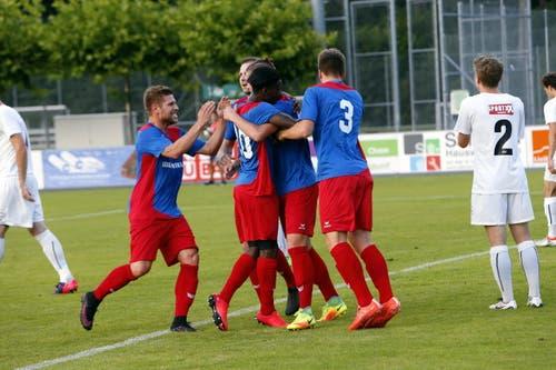 Der 19-Jährige feiert den Treffer mit seinen Mannschaftskollegen. (Bild: Werner Schelbert (Neue ZZ))