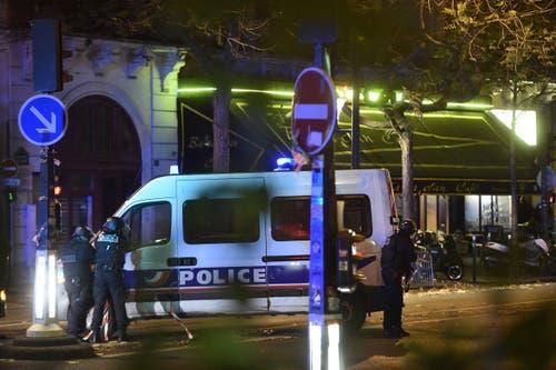 Polizeikräfte vor dem Bataclan, in dem beim Anschlag weiter über hundert Konzertbesucher ums Leben kamen. (Bild: CHRISTOPHE PETIT TESSON)