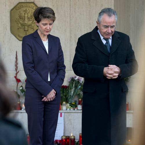 Bundespräsidentin Simonetta Sommaruga und der französische Botschafter in der Schweiz, René Roudaut, halten in Bern eine Schweigeminute ab. (Bild: Keystone / Lukas Lehmann)