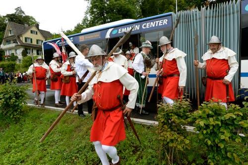 Nidwaldner Landsknechte in Uniform benützen den Shuttlebus während den Feierlichkeiten zum Volksfest 700 Jahre Schlacht am Morgarten. (Bild: Keystone/Urs Flüeler)