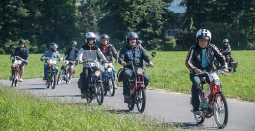 400 Töfflis machen sich auf zu einer Rundfahrt in Alpnach. (Bild: Boris Bürgisser (LZ))