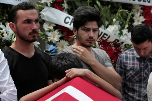 Die Menschen verabschieden sich bei einer Beerdigung nach den Anschlägen in Istanbul. (Bild: AP/Lefteris Pitarakis)