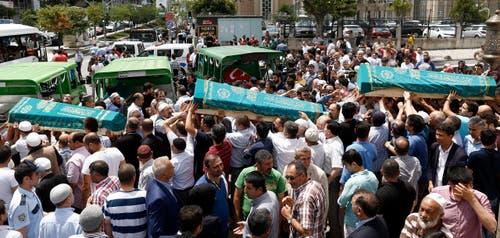 Die Menschen verabschieden sich bei einer Beerdigung nach den Anschlägen in Istanbul. (Bild: EPA/SEDAT SUNA)