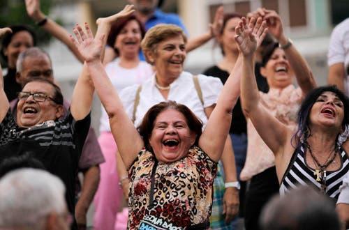 Leute während einer Lachtherapie in Venezuela. (Bild: Keystone)