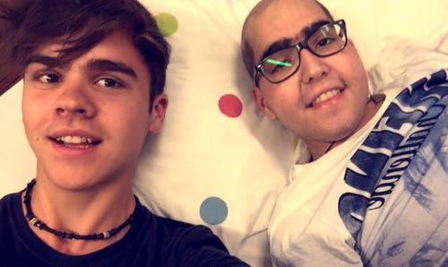Joel Super, links, und der kranke Fabio posieren am Spendeaktions-Tag für ein Selfie. (Bild: Handout Joel Super)