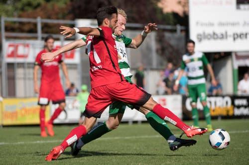 Marco Wiget vom SC Kriens, hinten, im Kampf um den Ball gegen Thuns Matteo Tosetti, vorne. (Bild: Keystone / Marcel Bieri)