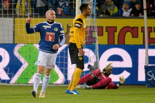 Der Luzerner Marco Schneuwly, links, jubelt nach seinem Tor zum 1:0 gegen den Berner Torhüter Yvon Mvogo, rechts. (Bild: (KEYSTONE/Nick Soland))