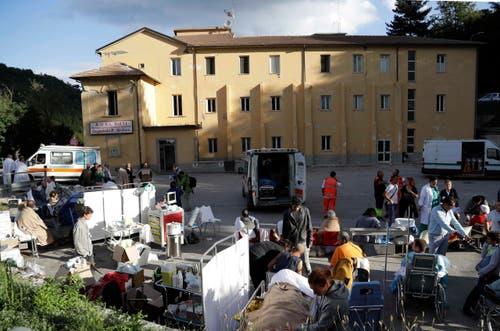 In Amatrice wurde unter freiem Himmel eine medizinische Notfallstation errichtet. (Bild: AP / Alessandra Tarantino)