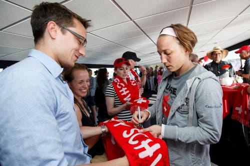 Torhüterin Gaelle Thalmann gibt auf dem Boot Autogramme. (Bild: KEYSTONE / SALVATORE DI NOLFI)