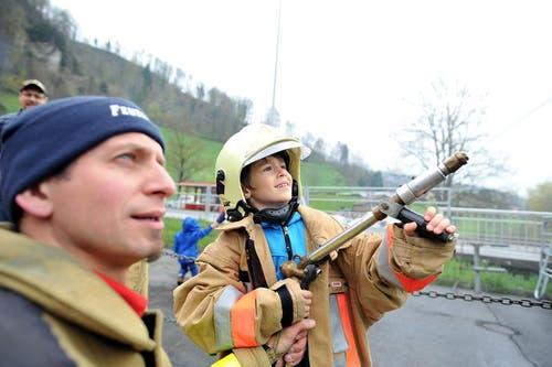 David (7) aus Sarnen darf an die Wasserspritze, betreut durch Maschinist Martin Imfeld. (Bild: Christoph Riebli / Neue OZ)