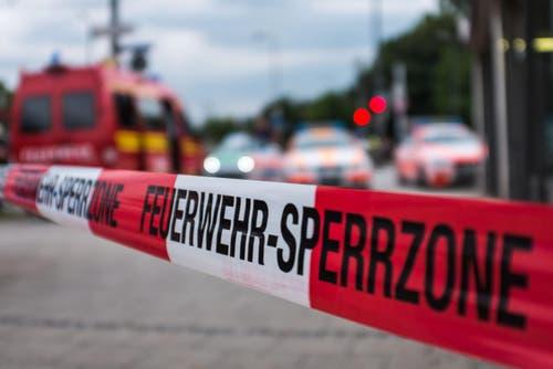 «Wir versuchen, die Situation unter Kontrolle zu bringen. Wir haben keine Kenntnis, wo die Täter sich aufhalten», sagte Thomas Baumann von der Polizei der Nachrichtenagentur dpa am Freitagabend. (Bild: Keystone/Lukas Schulze)