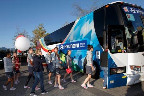 Nach dem Ausflug besteigen die Spielerinnen wieder den Teambus. (Bild: KEYSTONE / SALVATORE DI NOLFI)