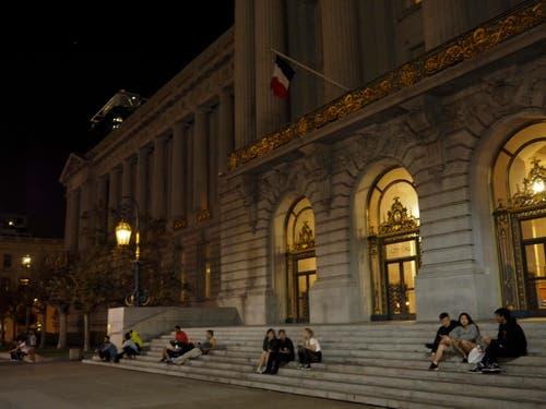 Vor dem Rathaus in San Francissco gedenken Menschen der Opfer von Paris. (Bild: EPA/John G. Mabanglo)