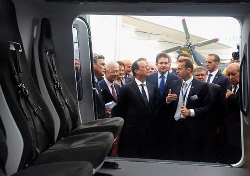 Der französische Präsident lauscht gespannt den Erklärungen des CEO von Airbus Helicopters Guillaume Faury. (Bild: REMY DE LA MAUVINIERE / POOL)