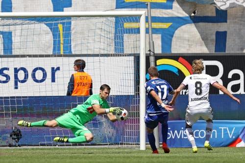 Luzerns David Zibung ist vor Simon Grether (Mitte) und Basels Birkir Bjarnason am Ball. (Bild: Philipp Schmidli)