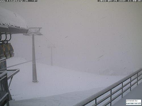 Zur Mittagszeit zeigt die Webcam in Emmetten an der Bergstation Gondelbahn Stockhütte Schnee und Nebel. (Bild: www.klewenalp.ch)