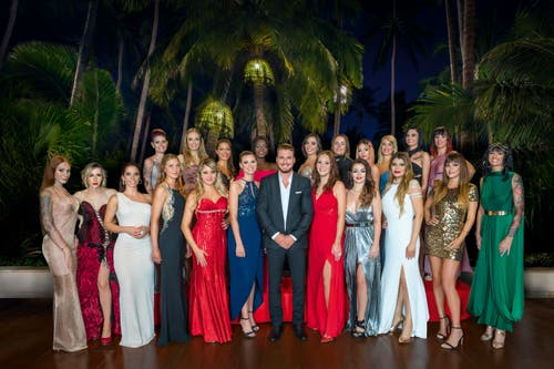 Die 21 Kandidatinnen und mitten drin: Bachelor Joel Herhger (34). (Bild: Nikkol Rot Fotografie/3+)