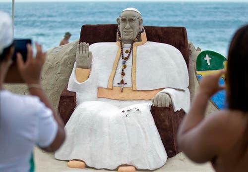 Sandskulptur am Copacabana-Beach. (Bild: Keystone)