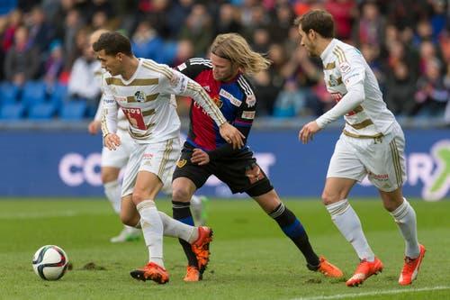 Der Torschütze zum 1:0, der Basler Birkir Bjarnason, im Kampf mit Remo Freuler, links, und Jerome Thiesson. (Bild: Keystone / Georgios Kefalas))