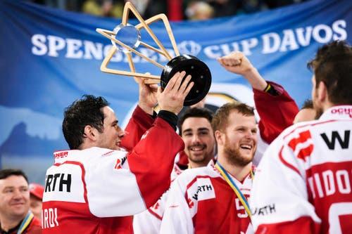 Team Canada feiert seine Sieg. (Bild: KEYSTONE/Gian Ehrenzeller)