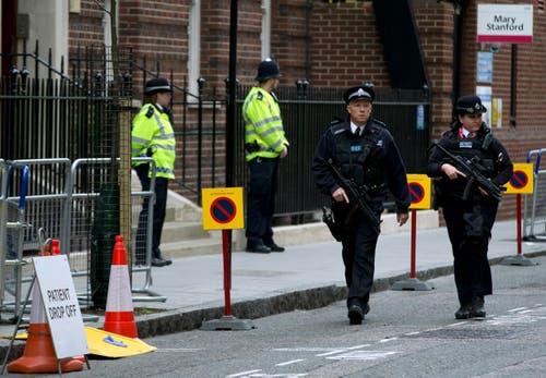 Bewaffnete Polizisten vor dem Spital. (Bild: Alastair Grant)
