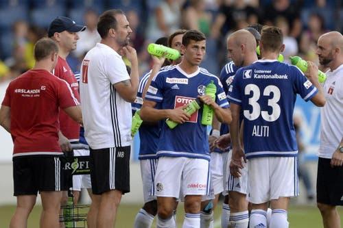 Trinkpause nach 30 Minuten für die Spieler des FC Luzern. (Bild: Keystone / Urs Flüeler)