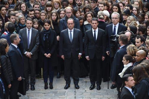 Präsident François Hollande (mitte) hielt sich mit Premierminister Manuel Valls (rechts) an der Pariser Universität Sorbonne auf, da unter den Opfern viele junge Leute waren. (Bild: EPA / Stephanie de Sakukutin)