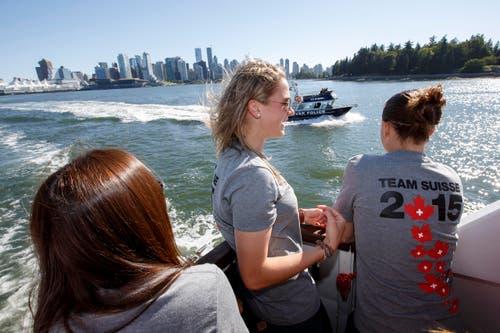Ana Maria Crnogorcevic (Mitte) und weitere Teammitglieder geniessen den Ausflug auf dem Boot. (Bild: KEYSTONE / SALVATORE DI NOLFI)