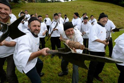 Die alten Schwyzer Krieger während den Feierlichkeiten zum Volksfest 700 Jahre Schlacht am Morgarten in Oberägeri am Sonntag. (Bild: Keystone/Urs Flüeler)