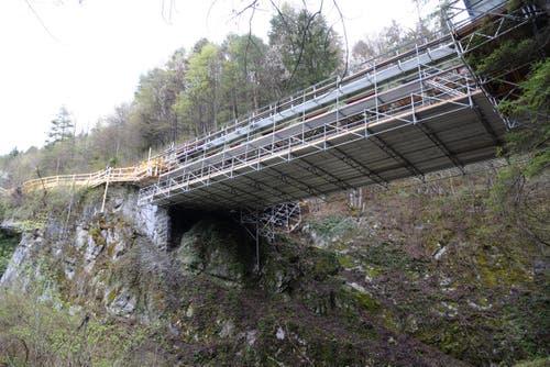 Während der Sanierung ist die Brücke gut eingepackt. (Bild: Robert Hess / Neue OZ)