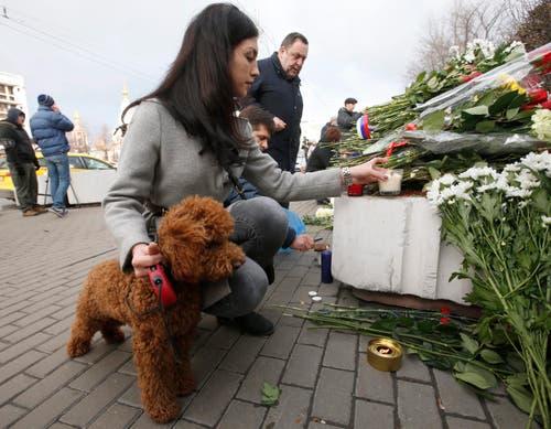 Zahlreiche Menschen gedenken vor der französischen Botschaft in Russland der Opfer. (Bild: EPA/Sergei Chrikov)