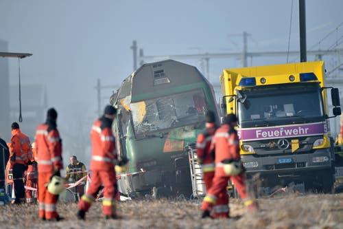 Der leicht gekippte Interregio-Zug musste gesichert werden, da nicht klar war, ob er stabil bleibt. (Bild: Keystone / Ennio Leanza)