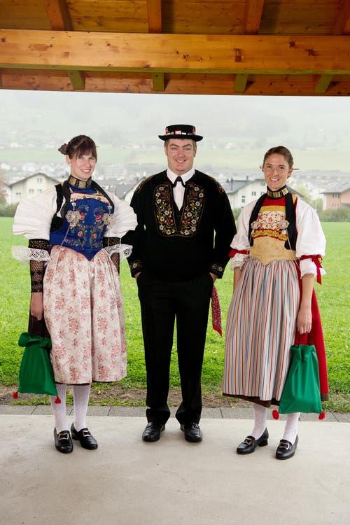 Hochsaison für Trachten. Im Bild von links Silvia Gut, Kobi Würsch und Patricia Kipfer fotografiert am 07. Oktober 2015 beim Trachtenhaus Buochs. (Bild: Corinne Glanzmann / Neue NZ)