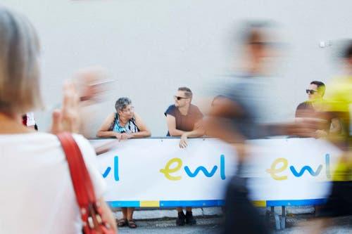 Zuschauer und durcheilende Teilhnehmer. (Bild: Jakob Ineichen / Neue LZ)