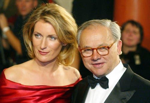 Der Verleger Hubert Burda, Stifter des Bambi-Medienpreises, und seine Ehefrau, Schauspielerin Maria Furtwängler, posieren vor Beginn der Bambiverleihung am 21. November 2002 in Berlin. (Bild: Keystone)