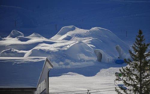 So sieht das winterliche Hotel aus der Ferne aus. (Bild: Corinne Glanzmann / Neue OZ)
