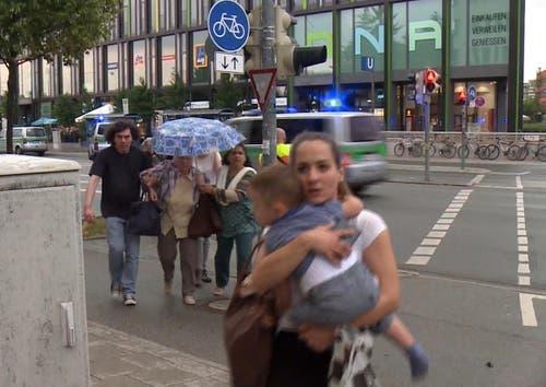 Eine Mutter hält ihrt Kind in den Armen.